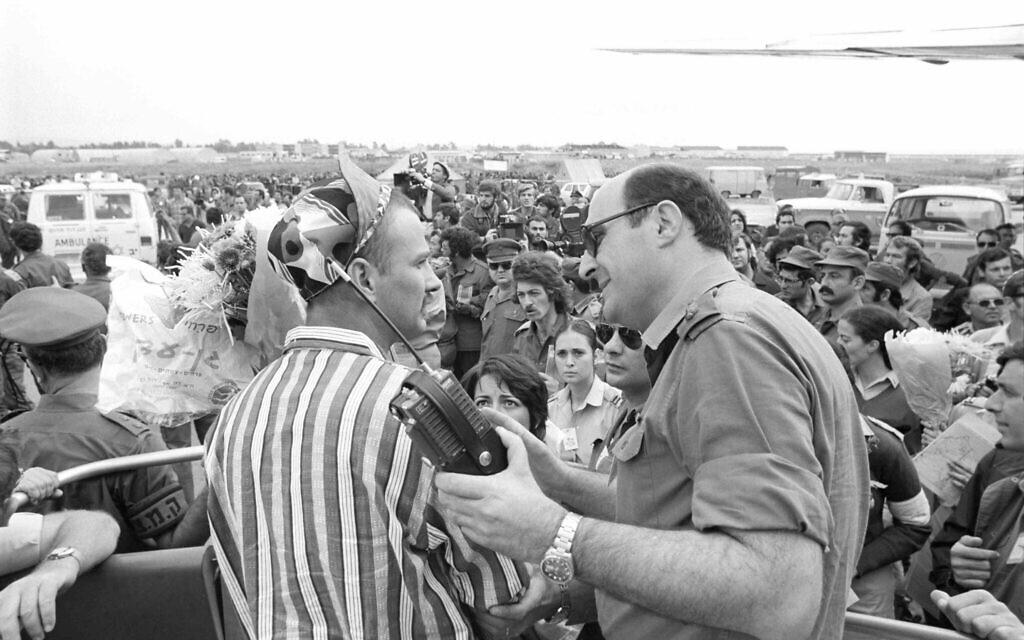 Israeli captives land in Israel after a prisoners of war exchange following the Yom Kippur War on November 15, 1973. (Avi Simchon/Bamahane/Defense Archive)