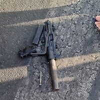 An Uzi submachine gun is seen on the floor near the Tel Aviv promanade, after a suspect from Jaffa allegedly threatened passersby. (courtesy)
