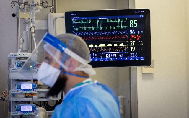Hadassah Ein Kerem medical staff are seen wearing safety gear as they work in a coronavirus ward, in Jerusalem, on August 25, 2021. (Yonatan Sindel/Flash90)