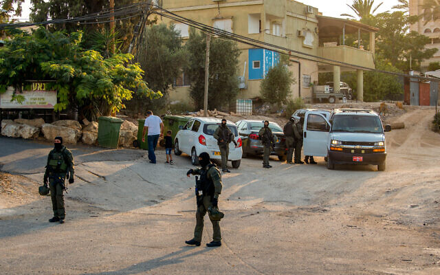 Israeli Border Police in the village of Nau'ra search for six Palestinian fugitives who escaped from a high security prison in northern Israel, on September 7, 2021. (Flash90)