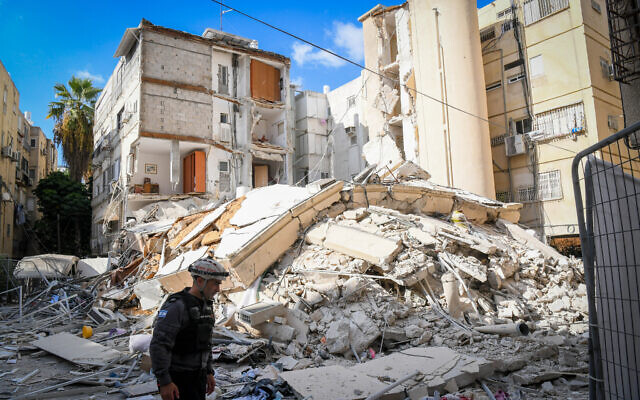 The scene of a collapsed apartment building in Holon on September 12, 2021. (Flash90)