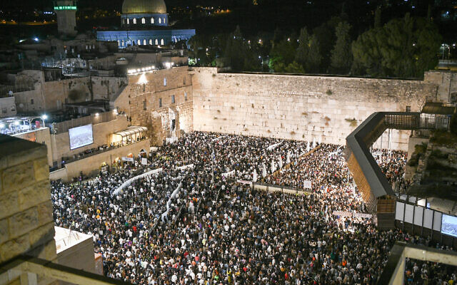 Thousands of religious Jews pray for forgiveness at the Western Wall in the Old City of Jerusalem on September 15, 2021, prior to the Jewish day of Atonement Yom Kippur, which begins Wednesday evening. (Arie Leib Abrams/Flash90)