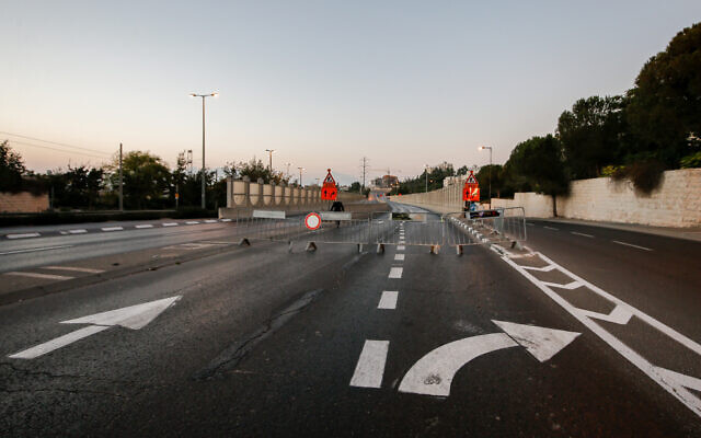 Police set up a temporary road block  in Jerusalem on Yom Kippur eve, the Day of Atonement, and the holiest of Jewish holidays, September 15, 2021. Israel came to a standstill for 25-hours during the high holiday of Yom Kippur (Jamal Awad/Flash90)
