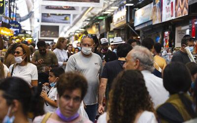 People, some wearing face masks, shop at the Mahane Yehuda market in Jerusalem, on September 20, 2021. (Olivier Fitoussi/Flash90)