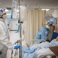 Hospital team members wearing safety gear as they work in the coronavirus ward of Shaare Zedek hospital in Jerusalem, on September 23, 2021. (Yonatan Sindel/ Flash90)