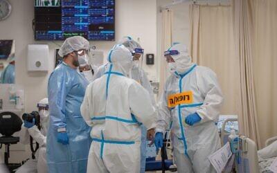 Medical staff wear safety gear as they work in the coronavirus ward of Shaare Zedek hospital in Jerusalem on September 23, 2021. (Yonatan Sindel/Flash90)
