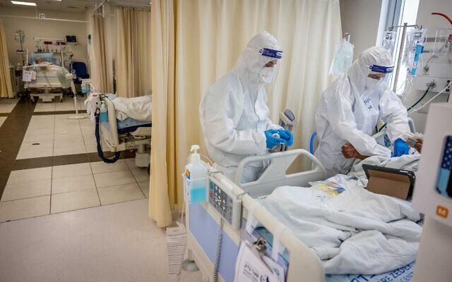 Hospital staff tend to a patient in the coronavirus ward at Shaare Zedek Medical Center in Jerusalem, on September 23, 2021. (Yonatan Sindel/ Flash90)