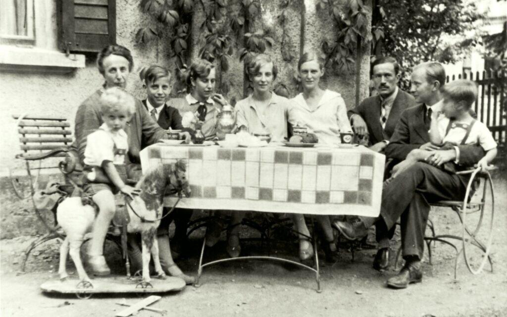 Mildred Harnack (czwarty od prawej) z rodziną Harnack w Jenie, Niemcy, 1929. (Dzięki uprzejmości Gedenkstätte Deutscher Widerstand)