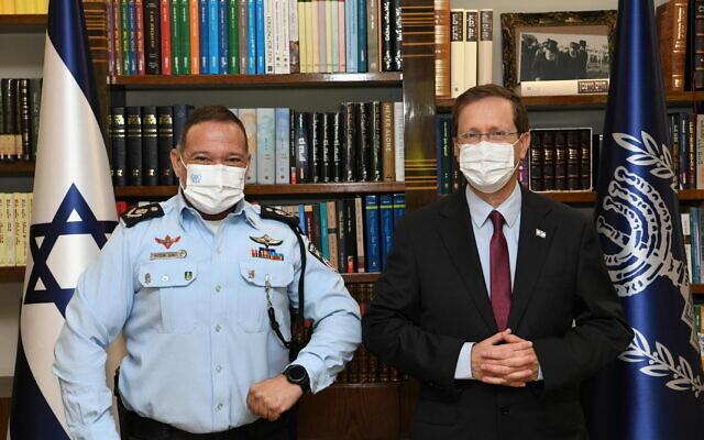 President Isaac Herzog (right) meets with Israel Police commissioner Kobi Shabtai in Jerusalem on September 12, 2021. (Amos Ben-Gershon/GPO)