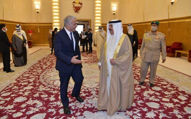 Foreign Minister Yair Lapid meets with Bahraini King Hamid bin Issa al Khalifa at his palace in Manama on September 30, 2021. (Shlomi Amsallem/GPO)
