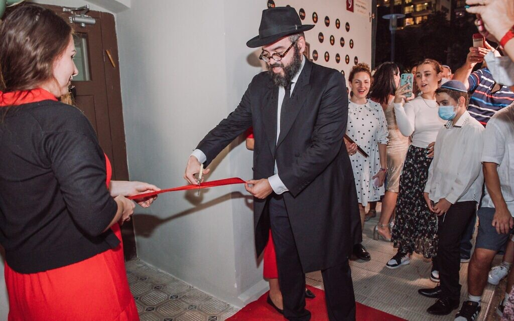 Rabbi Yosef Khersonsky cuts the ribbon at the grand opening of the Jewish Point congregation's new synagogue building in Tel Aviv. (Courtesy)
