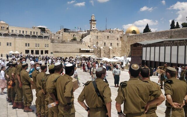 Israeli soldiers visit the Western Wall Complex during a 'Selichot tour' of Jerusalem in September 2021. (Israel Defense Forces)