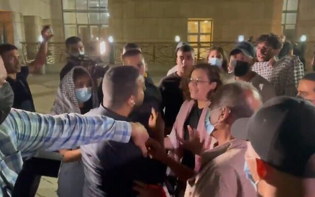 Channel 13 reporter Ali Mograbi faces off with a group of angry protesters outside the Nazareth District Court on September 11, 2021. (Screenshot)