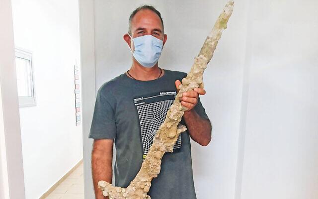 Diver Shlomi Katzin with the sword. (Nir Disteleld/Israel Antiquities Authority)