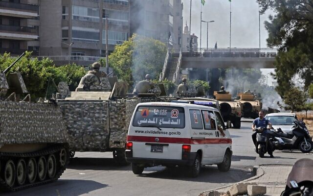 Lebanese Army soldiers take a position in the area of Tayouneh, in the southern suburb of the capital Beirut on October 14, 2021, after clashes following a demonstration by supporters of Hezbollah and the Amal movement (JOSEPH EID / AFP)