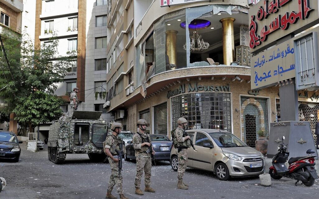 Lebanese Army soldiers patrol the clashes area in the southern suburb of the capital Beirut, on October 14, 2021 (ANWAR AMRO / AFP)