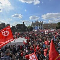 A general view shows people attending an anti-fascist rally called by Italian Labour unions CGIL, CISL and UIL at Piazza San Giovanni in Rome on October 16, 2021 (Alberto PIZZOLI / AFP)