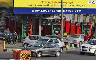Cars and motorbikes queue to fill up at a service station in Iran's capital Tehran on October 26, 2021, amid a nationwide disruption of the petrol distribution system. (Atta KENARE / AFP)