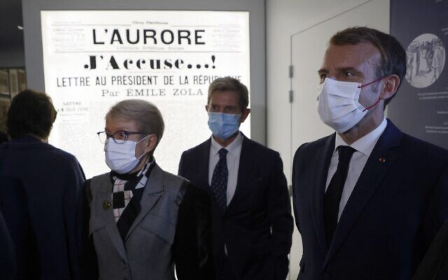 French President Emmanuel Macron (R), flanked by president of the Maison Zola-Musee Dreyfus association Louis Gautier (C) and journalist Emile Zola's great-granddaughter's Martine Le Blond-Zola (L), visits the Dreyfus Museum, on the property of the Emile Zola house in Medan, near Paris, on October 26, 2021. (Ludovic MARIN / POOL / AFP)