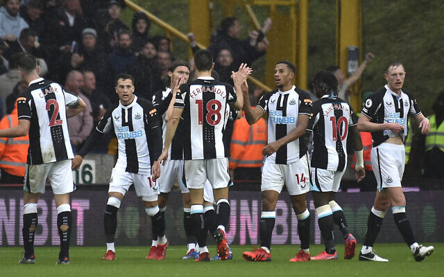 Newcastle United players celebrate after Newcastle's Jeff Hendrick scored his side's opening goal during the English Premier League soccer match between Wolverhampton Wanderers and Newcastle United at Molineux stadium in Wolverhampton, England, on October 2, 2021. (AP Photo/Rui Vieira)