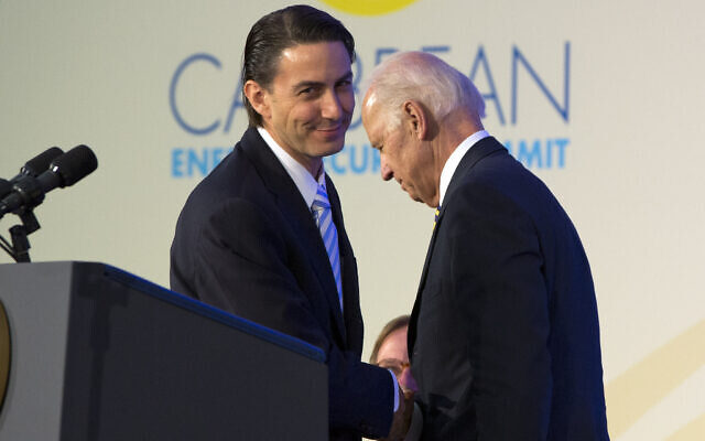Amos Hochstein, US State Department special envoy for energy (left), shakes hands with then-US vice president Joe Biden after introducing at the Caribbean Energy Security Summit at the State Department in Washington, on January 26, 2015. (AP Photo/Jacquelyn Martin)