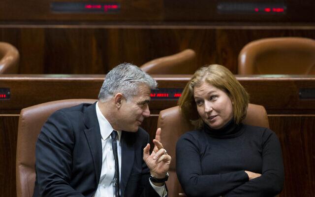 Yair Lapid (L) speaks with Tzipi Livni in the Knesset on December 3, 2014 (Yonatan Sindel/Flash90)