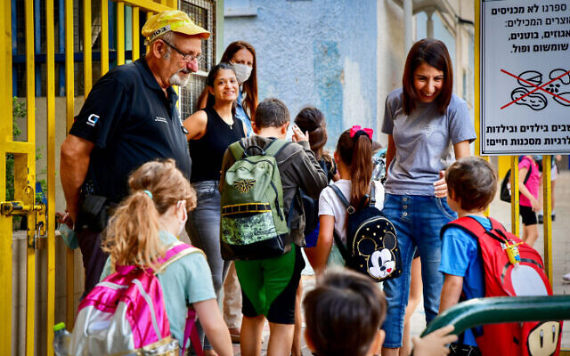Young students arrive for their first day of school after the holidays, at Gabrieli School in Tel Aviv, September 30, 2021 (Avshalom Sassoni/Flash90)