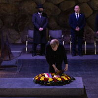 German chancellor Angela Merkel lays a wreath at the Yad Vashem Holocaust Memorial museum in Jerusalem on October 10, 2021. (Olivier Fitoussi/Flash90)