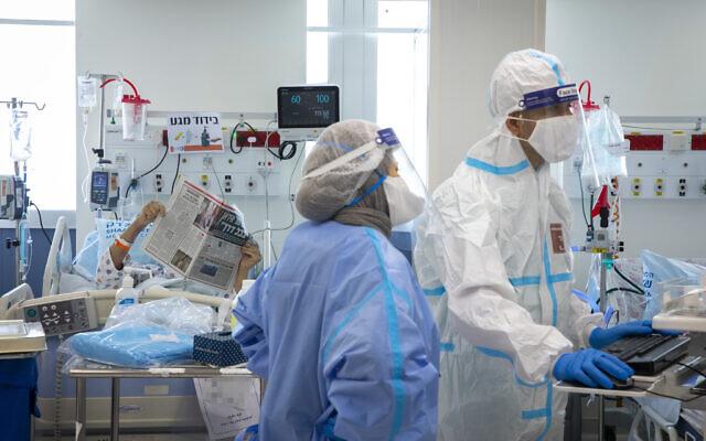 Shaare Zedek hospital team members wearing safety gear as they work in the Coronavirus ward of Shaare Zedek hospital in Jerusalem, on October 14, 2021. (Olivier Fitoussi/Flash90)