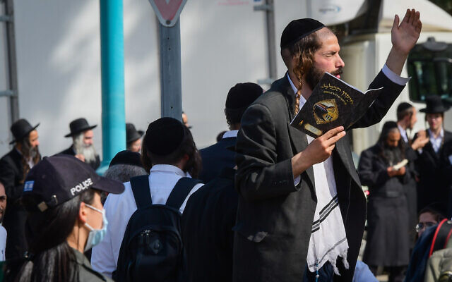 Police guard followers of Rabbi Eliezer Berland waiting for his arrival  at the Nitzan Prison in Ramle, on October 28, 2021 (Flash90)