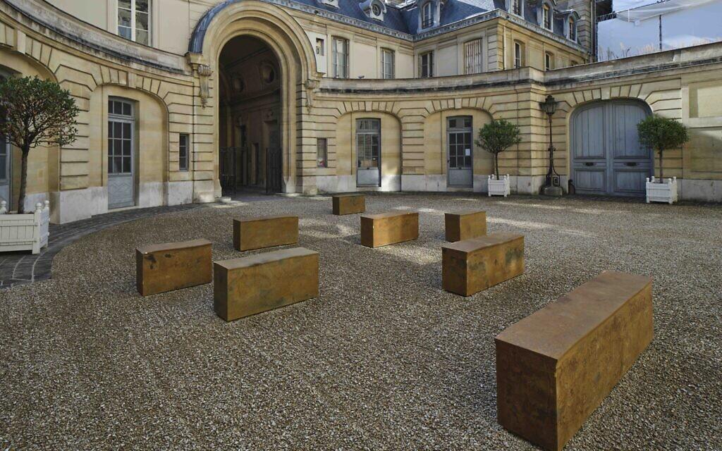 Edmund de Waal, petrichor, installation view, Musée Nissim de Camondo, 2021 © MAD, Paris (Photo: Christophe Dellière Courtesy of the artist and MAD, Paris)