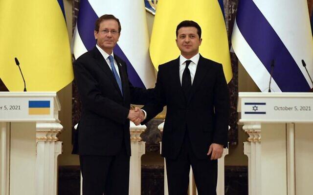 President Isaac Herzog (L) and his Ukrainian counterpart Volodymyr Zelensky shake hands in Kyiv, Ukraine, October 5, 2021. (Haim Zach/GPO)