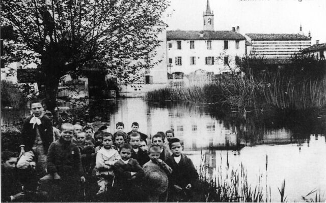 The Naviglio canal in Canneto sull'Oglio  at the turn of the 20th century. The water drop can be seen behind the children. (Courtesy)