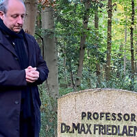 Bishop Christian Stäblein visits the burial site of Max Friedländer, a Jewish Protestant musicologist.(Evangelical Church in Berlin-Brandenburg and Silesian Upper Lusatia)