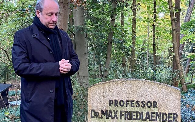 Bishop Christian Stäblein visits the burial site of Max Friedländer, a Jewish Protestant musicologist.