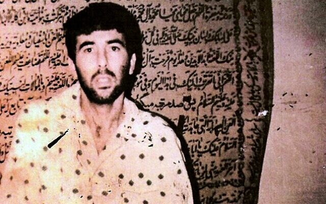 Oficial desaparecido da Força Aérea de Israel, Ron Arad, fotografado por militantes Amal no Líbano em 1987 (Wikipedia)